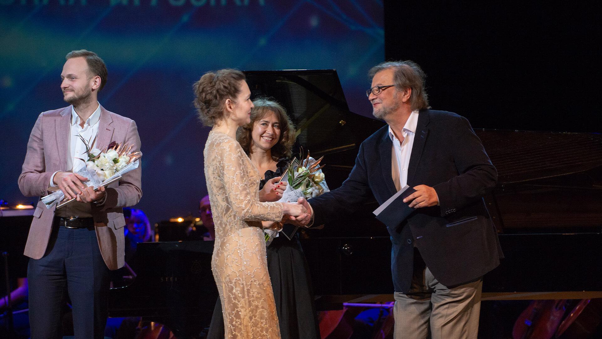 на фото: Сергей Красин, Ольга Соловьева, Анна Засимова, Алексей Рыбников